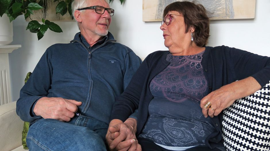 Vesa ja Leena-Riitta Salminen istuvat sohvalla