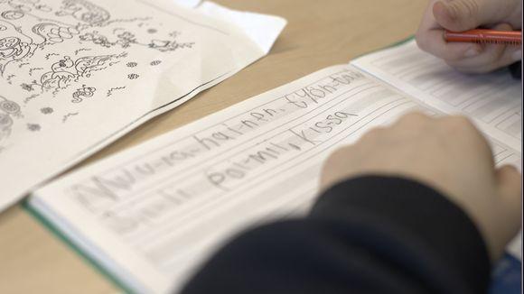 Kannusjärven ykkösluokkalaiset harjoittelevat kirjoittamista