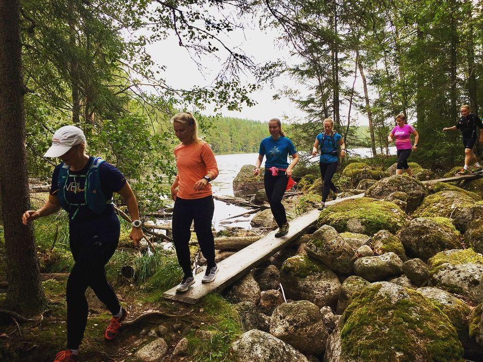 Видео: Polkujuoksijoita Repoveden kansallispuistossa