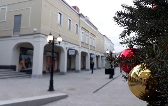 Joulukuusi ja sen palloja Zsar-ostoskylän kadulla.