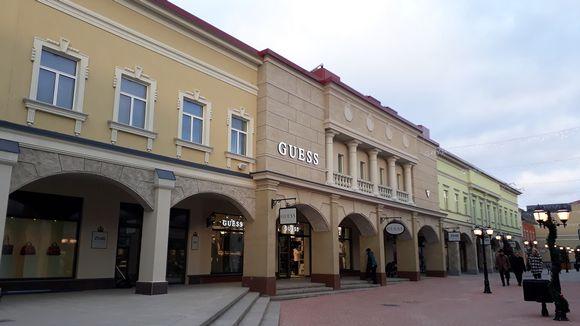 Ostoskylän julkisivu.