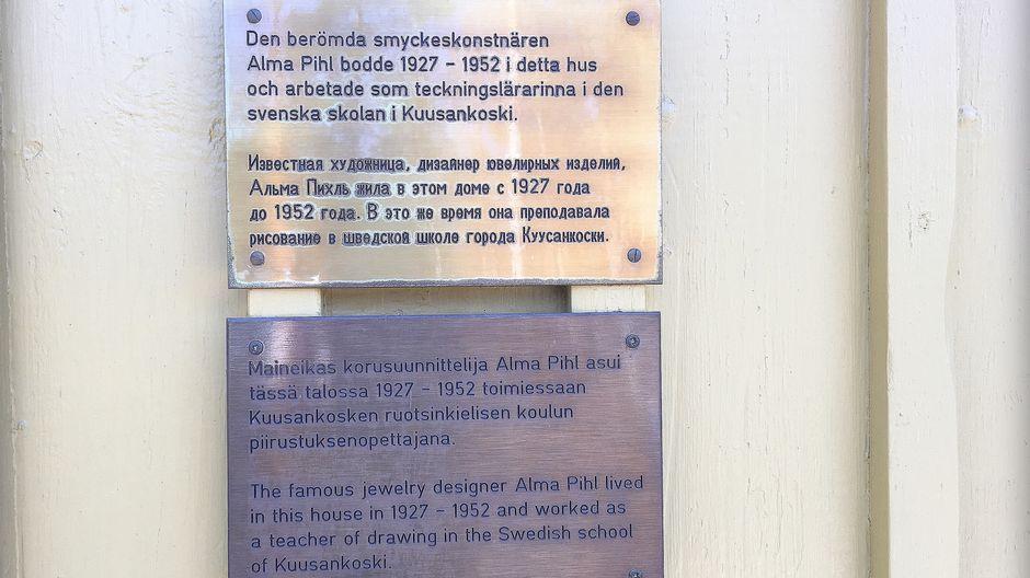 muistolaatta Alma Pihlin kotitalon seinässä Kuusankoskella