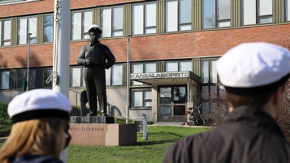 Unto Seppäsen patsas lakitettuna vappuna Kouvolassa