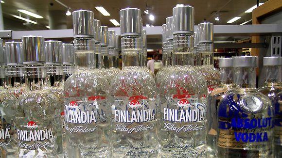 Vodkapulloja hyllyssä