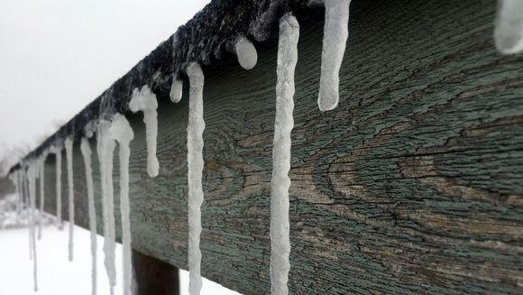 Jääpuikkoja räystäällä.