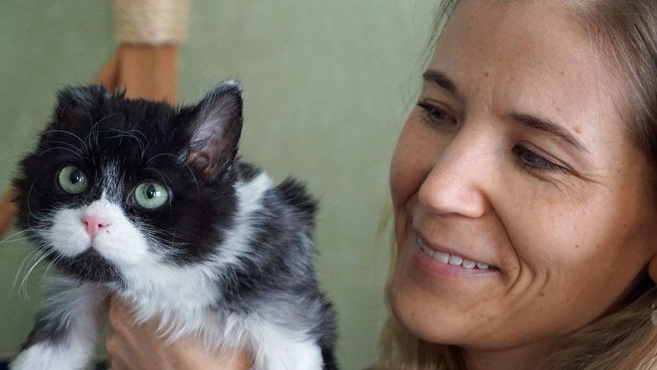 Sisu-kissa poseeraa lähikuvassa emäntänsä kanssa