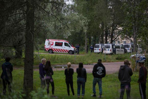 Useita poliisipartioita hälytettiin SPR:n vastaanottokeskukseen Kotkan Laajakoskella. Yksi mies otettiin kiinni epäiltynä tapon yrityksestä