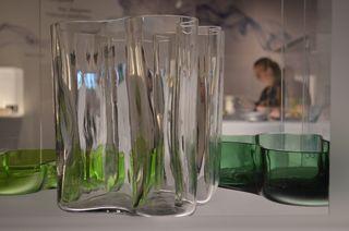 Alvar Aallon vuonna 1936 suunnittelema Savoy-maljakko näytillä Kymenlaakson museon Karhulan lasitehtaan historiaa esittelevässä Lasia kaikille -näyttelyssä.