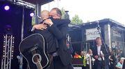 Juha Tapio ja Ile Vainio halaavat.