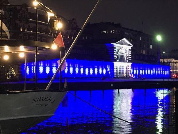 Vanhan kauppahallin juhlavalaistus Helsingin Etelärannassa