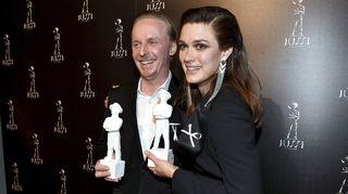 Eero Aho (vas.) vastaanotti parhaan miespääosan Jussi-palkinnon elokuvasta Tuntematon sotilas ja Krista Kosonen parhaan naispääosan Jussi-palkinnon elokuvasta Miami Jussi-gaalassa.