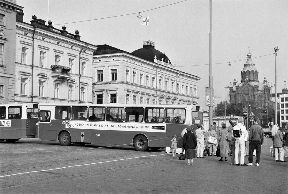Poliisi sulkee liikenteen busseilla Presidentinlinnan edessä Yhdysvaltain presidentti George Bushin ja Neuvostoliiton presidentti Mihail Gorbatshovin huippukokouksen ajaksi 8.9.1990. Bussin kyljessä mainostetaan matkapuhelinta: