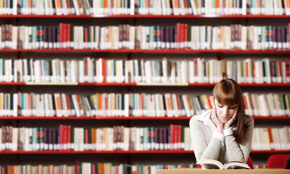 people reading books ile ilgili görsel sonucu