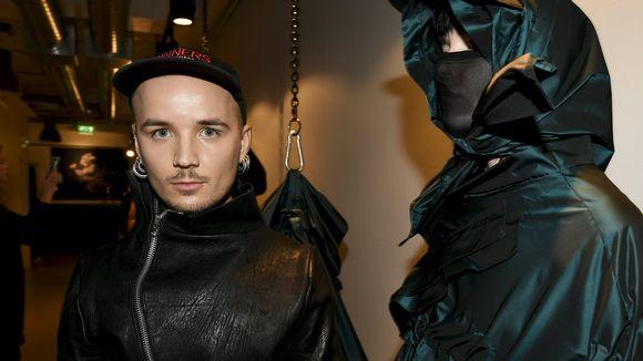 Vuoden nuoren suunnittelijan, Aalto-yliopistossa muotoilun laitoksella opiskelevan Jim Bergströmin vaatteita ja malli palkinnonsaajan julkistustilaisuudessa Helsingissä 5. lokakuuta.