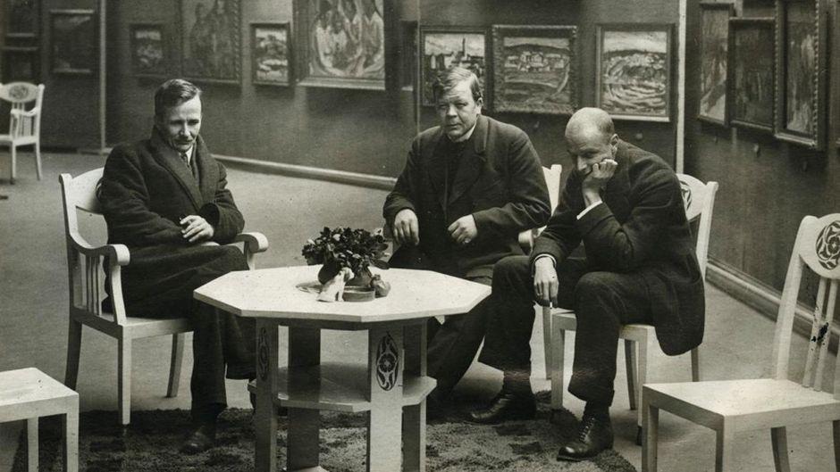 Видео: Alvar Cawén, Tyko Sall inen ja Juho Rissanen istuvat näyttelytilassa.