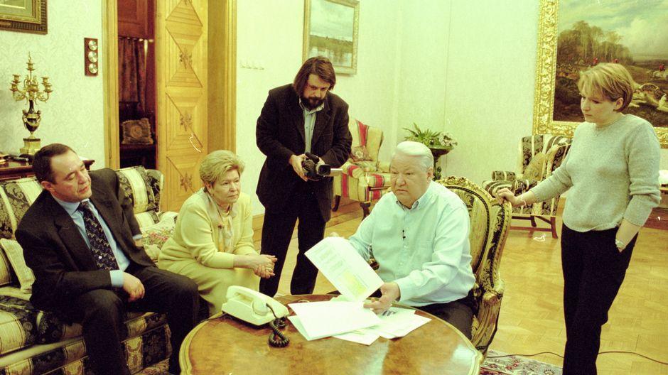 Manski kuvaamassa, miten Jeltsin odottaa Putinilta soittoa vaali-iltana. Turhaan.