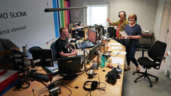 Kansanradio. juontajat Olli Haapakangas ja Jaana Selin sekä äänittäjä studiossa.