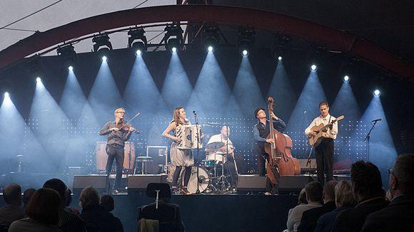 Viisihenkinen orkesteri soittaa lavalla
