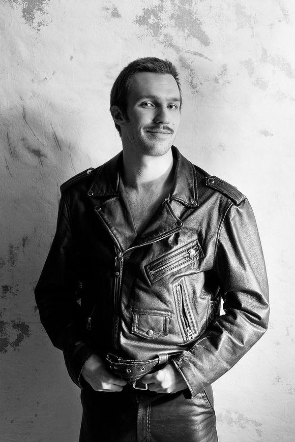 Olli Rahkonen esittää Touko Laaksosta Tom of Finland -elokuvassa.