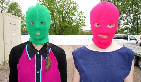 Видео: kaksi naamioitunutta naista