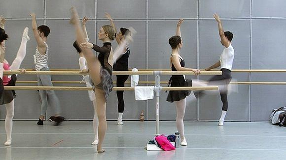 Balettitanssijoita koe-esiintymässä.