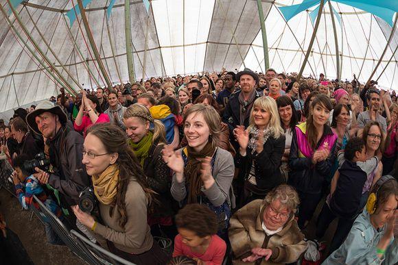 Yleisöä teltassa.