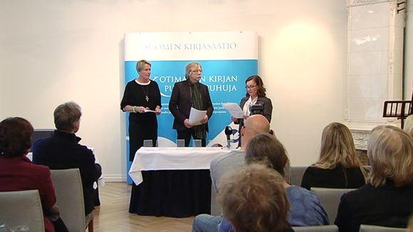 Ihmisiä Finlandia-palkintoehdokkaiden julkistustilaisuudessa.