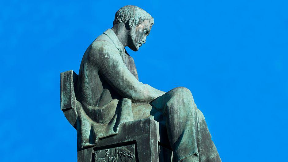 Aleksis kiven -patsas Helsingissä.