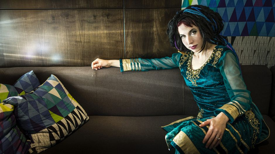Sofi Oksanen (Sofi Oksanen on yksi viidestä naiskirjalijasta, jotka kirjoittivat näytelmää Eurooppalainen ehtoollinen.)