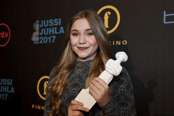 Parhaan naispääosan Jussi-patsaan vastaanotti Linnea Skog elokuvasta Tyttö nimeltä Varpu