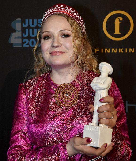 Dokumentti Jussi-patsaan vastaanotti elokuvaohjaaja Katja Gauriloff Jussi-gaalassa