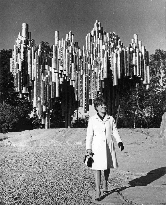 Eila Hiltunen ja Sibelius-monumentti.
