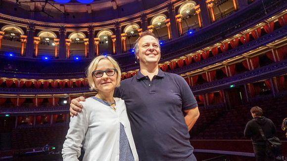 mies ja nainen oopperan katsomossa