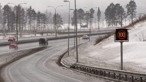 Digitaalisia nopeusrajoitusmerkkejä moottoritien varressa.
