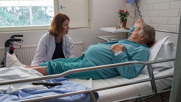 Lääkäri ja potilas Kaavin terveysaseman vuodeosastolla