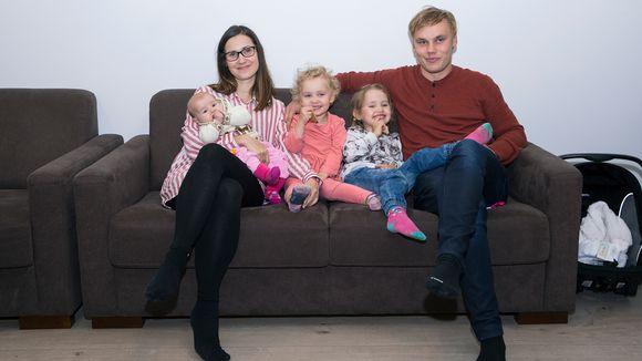 Katariina ja Johannes Teppo kolmen tyttärensä kanssa.