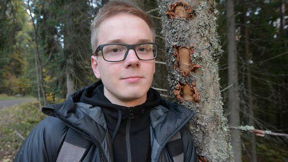 Luontokuvaaja Niilo Isotalo seisoo metsän laidassa Kuopion Puijolla.