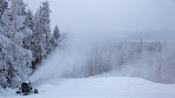 Puijon rinnettä lumetetaan.