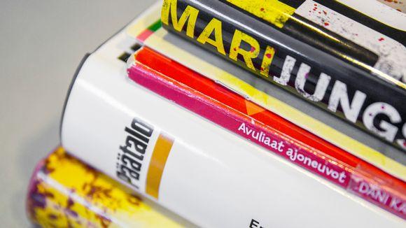 Kirjaston kirjoja ilman muovipäällystystä.