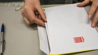 Äänestyslippu suljetaan kirjekuoreen.