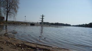 Väinölänniemen ranta ja hyppytornit Kuopiossa.