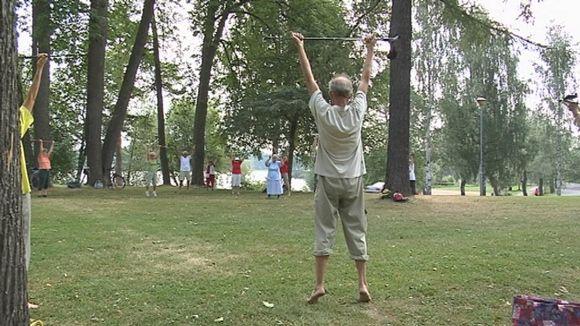 Ikäihmiset jumppaavat puistossa Väinölänniemellä.
