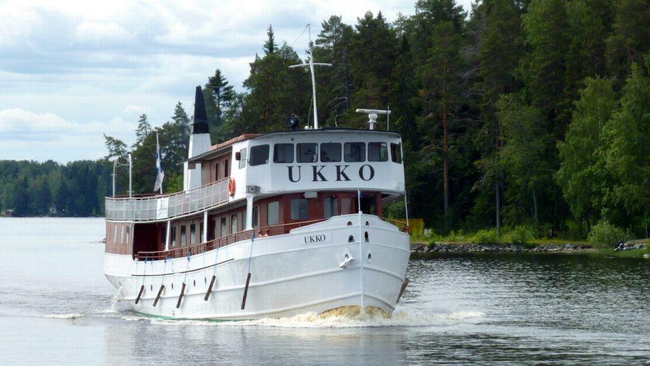 Sisävesilaiva Ukko risteilee Kallavedellä.