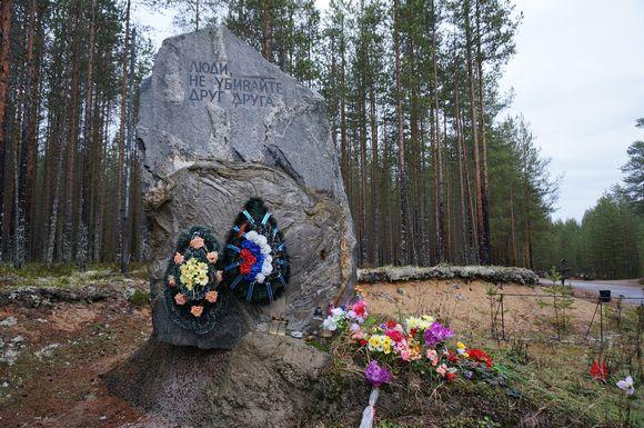 Muistomerkki Stalinin uhreille Sandermohissa