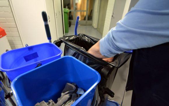 Siivooja työssään