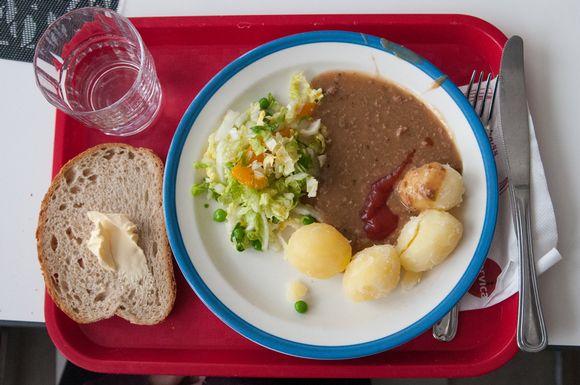 Perunoita ja jauhelihakastiketta lautasella.