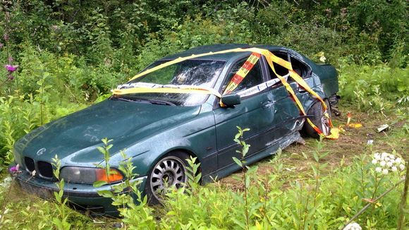 Ulosajossa kolaroitu auto