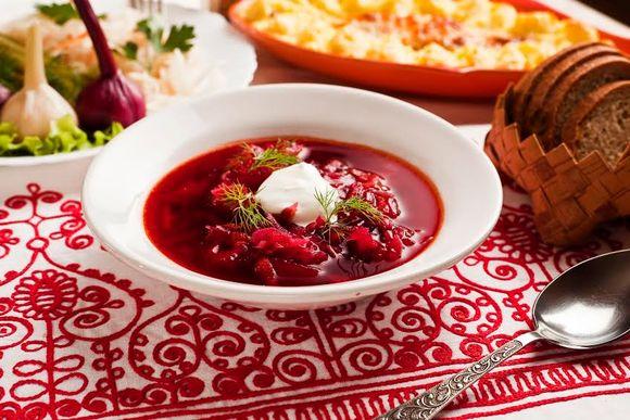 Punaista keittoa lautasella