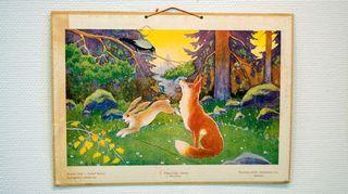Suomalaisia satukuvia-opetustaulu. Kuvassa kettu, jänis ja varis.