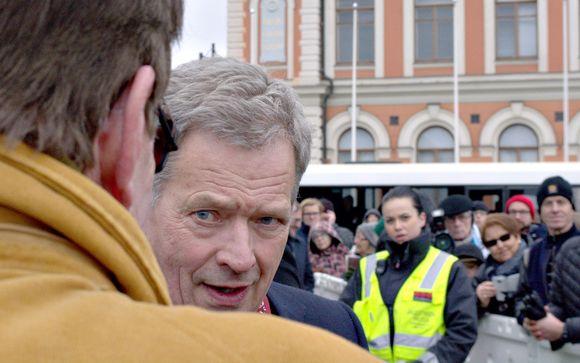 Presidentti Sauli Niinistö tapaa yleisöä Kuopion torilla.